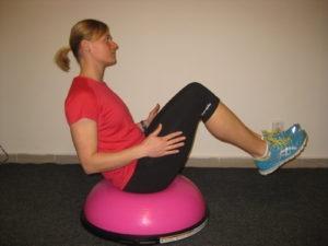Bosu patří k nejoblíbenějším cvičebním pomůckám současnosti a je vhodné pro balanční cvičení a posilování středu těla (core)