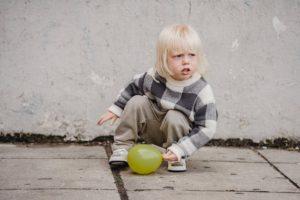 Pro malé děti jsou dřepy intuitivní. Při dřepu neohýbají záda!