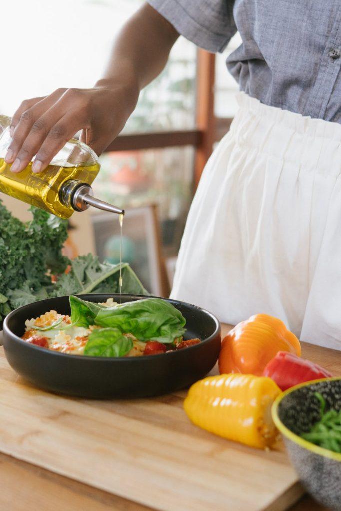 Zakápnutí syrového zeleninového salátu zdravým olejem pomáhá vitamin A zpracovat